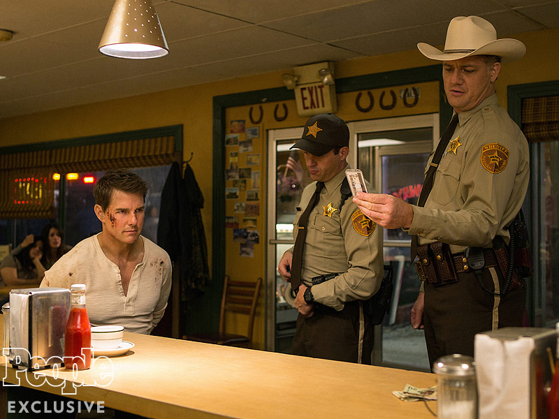 First Look At Action Sequel Jack Reacher: Never Go Back Sees Tom Cruise In Cuffs