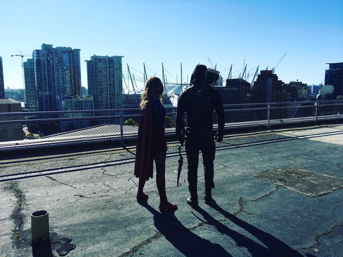 Green Arrow And Supergirl Stand Together In New Image From Arrow's 100th Episode