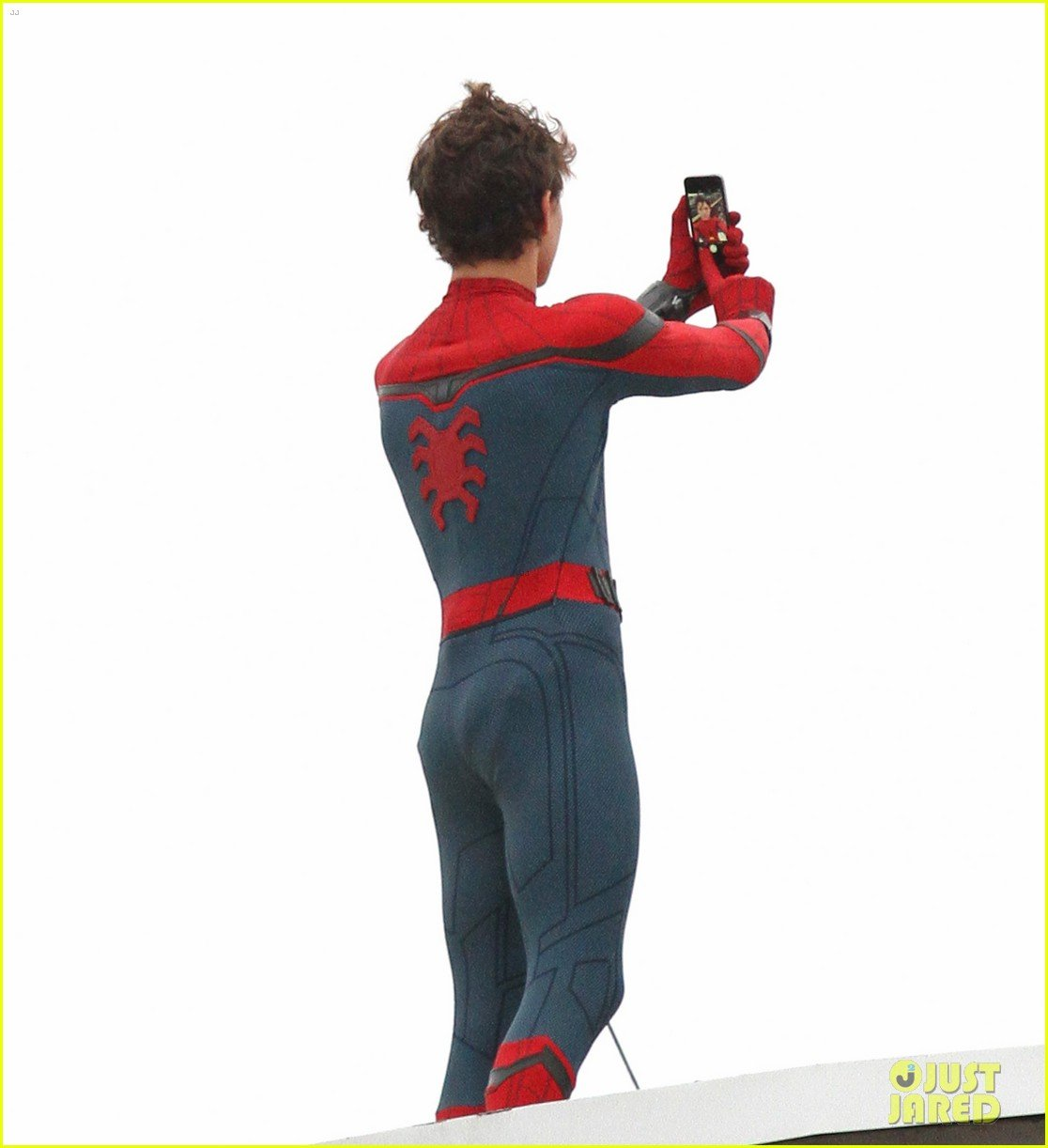 Tom Holland Snaps A Spectacular Selfie On Spider-Man: Homecoming Set