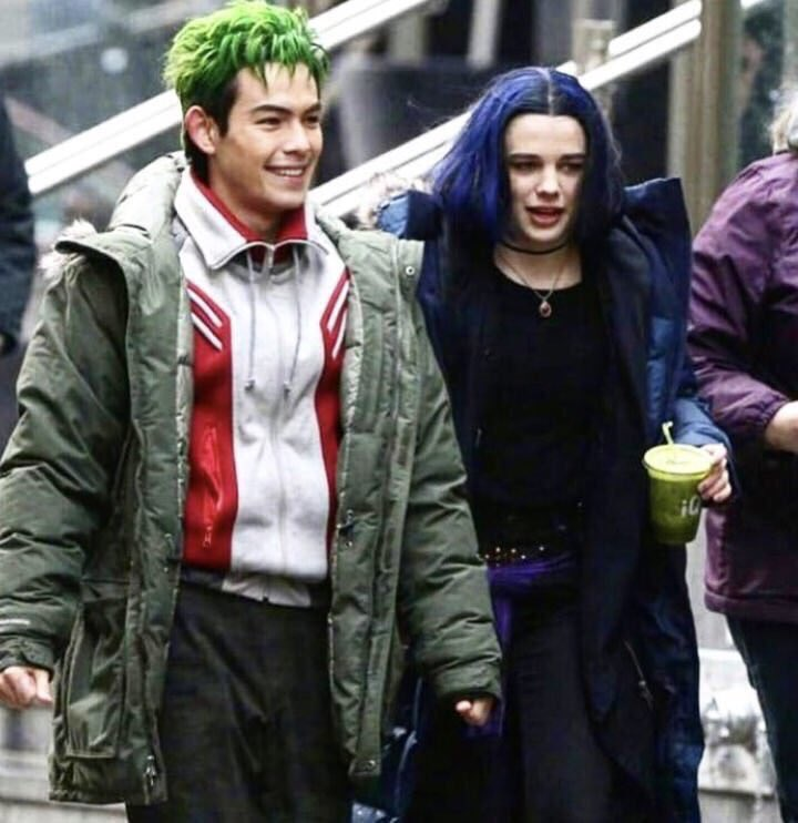 First Titans Set Photos of Starfire, Dick Grayson Surface