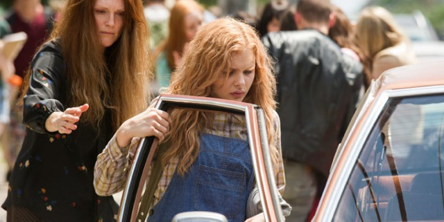 680x478a14 640x321 Julianne Moore Cant Stop Hitting Herself In Carrie Clip, Plus New Image Shows Infamous Shower Scene