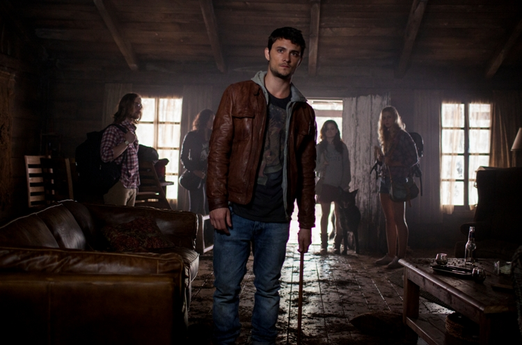 (l to r) Lou Taylor Pucci, Jessica Lucas, Shiloh Fernandez, Jane Levy and Elizabeth Blackmore in TriStar Pictures' horror EVIL DEAD.