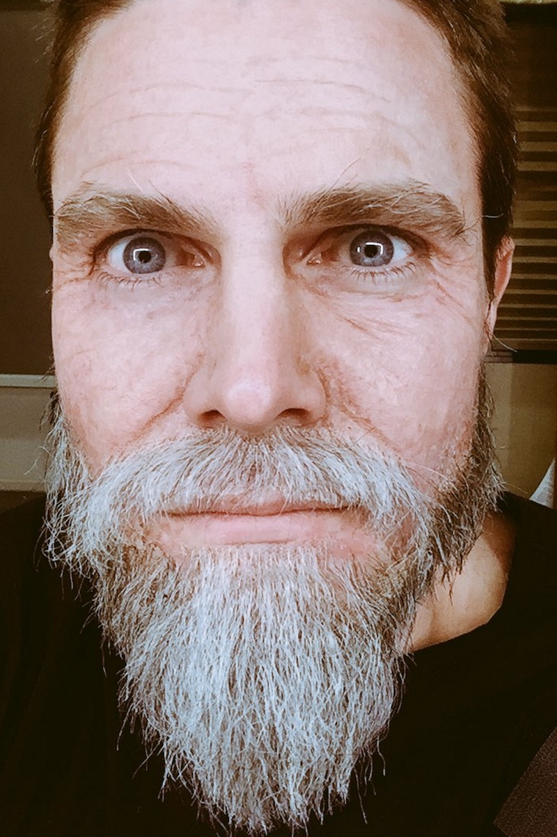 Stephen Amell Goes Gray As Old Man Oliver Queen On Legends Of Tomorrow