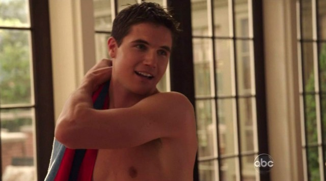 Robbie Amell in Revenge episode 1x02 01 640x356 Revenges Robbie Amell Cast In Pretty Little Liars