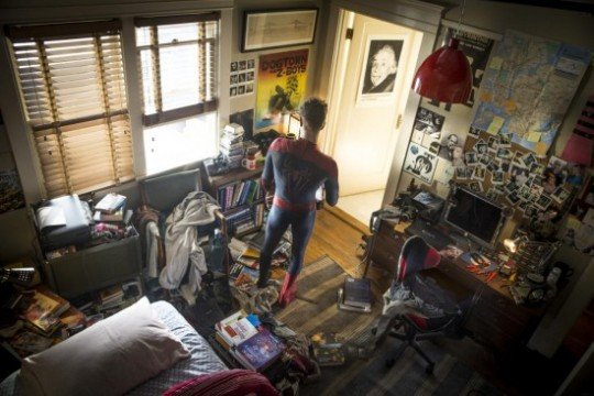 The-Amazing-Spider-Man-2-Peter-Parker-in-his-bedroom-550x366