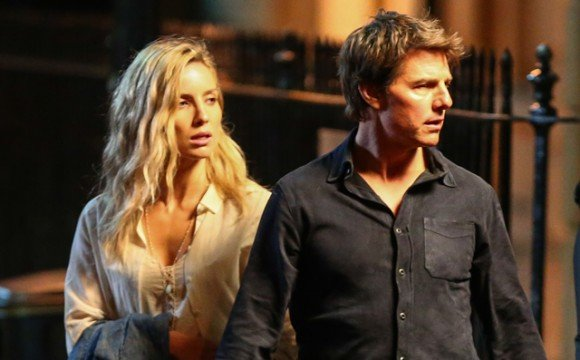 The Mummy Cast Photo Finds Tom Cruise In Namibia