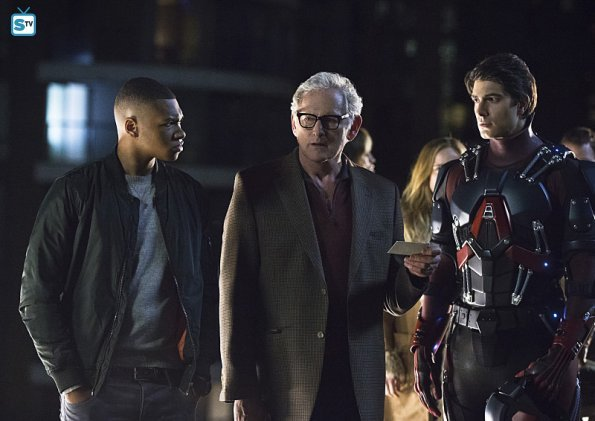"First Look Photos From Legends Of Tomorrow Season 1, Episode 1: ""Pilot"""