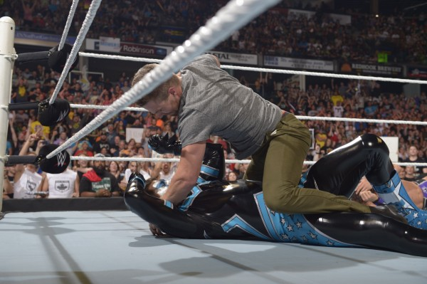 stephen-amell-monday-night-raw-wwe-2-600x399