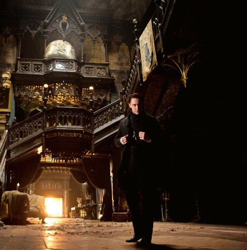 tom hiddleston 2 crimson peak Get A First Glimpse At Tom Hiddleston And Mia Wasikowska In Crimson Peak